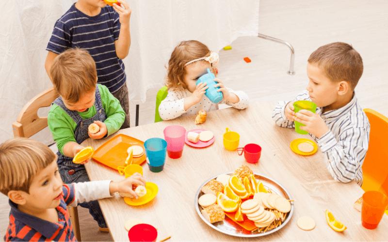 Dzieci jedzą w przedszkolu.